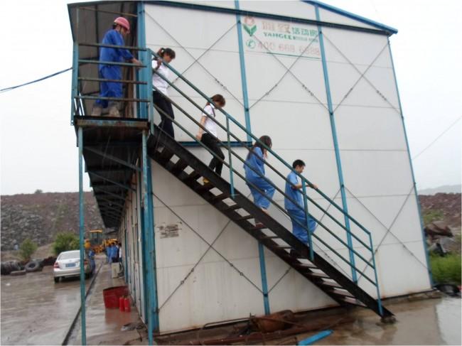 男生宿舍人员则向右楼梯口疏散,最后与底楼人员一同会合到空地.